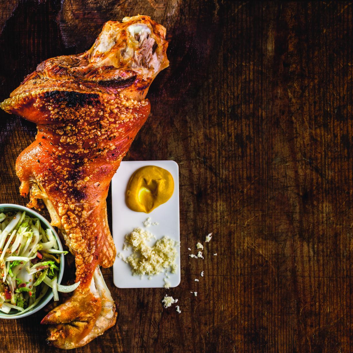 Rezept: Knusprig gebratene Wiesn-Stelzen mit Senf, Kren & salat