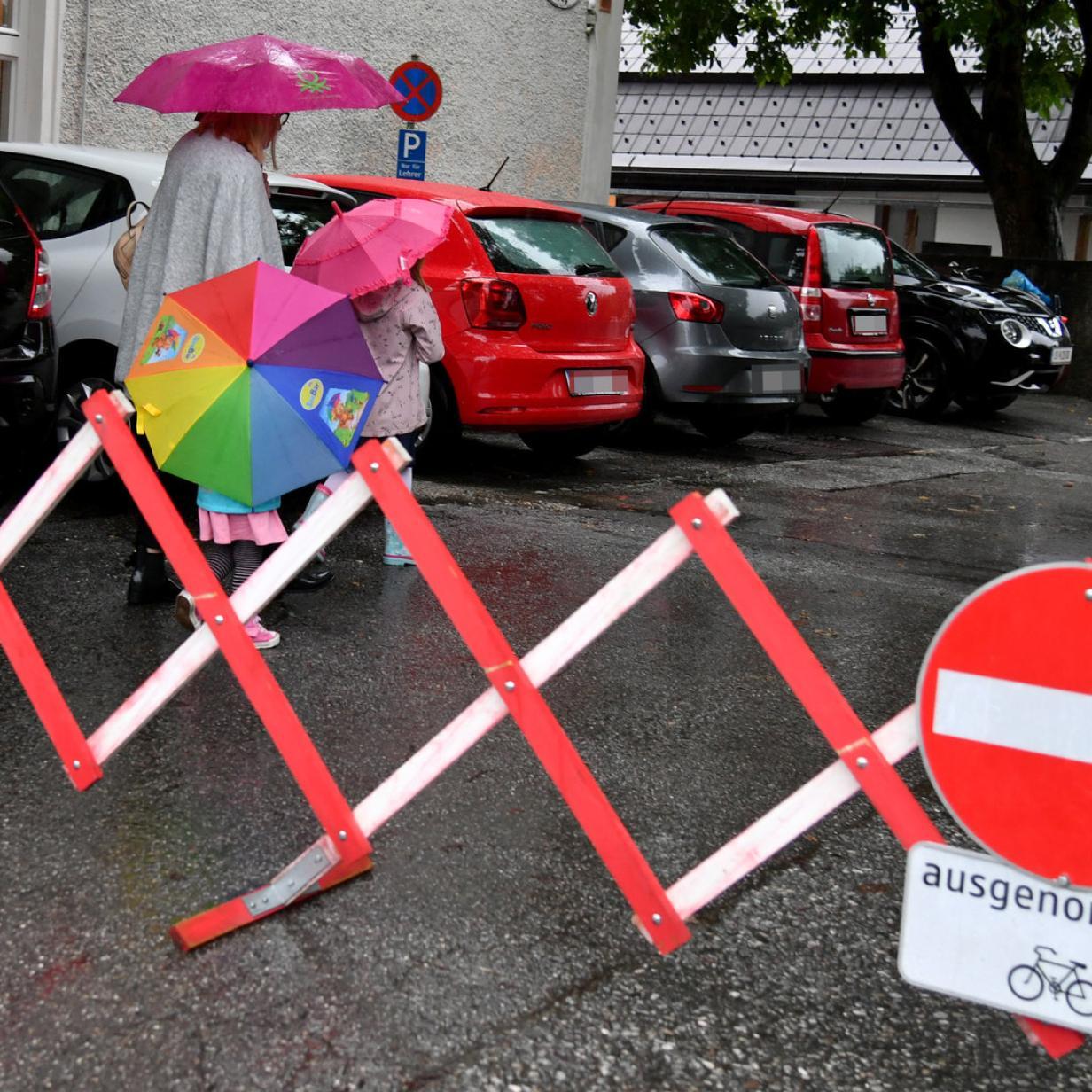 OÖ: Bub drei Stunden im Kindergartenbus vergessen