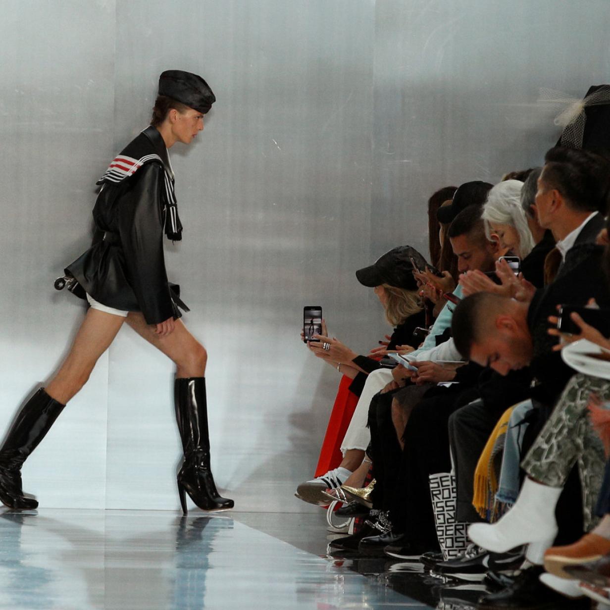 Fashion Week: Model sorgt mit Auftritt für weltweite Schlagzeilen