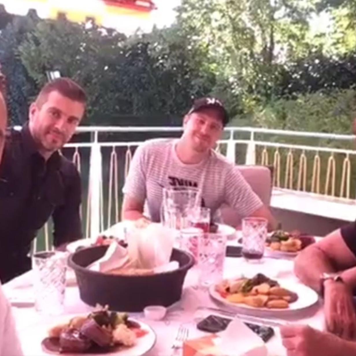Andreas Gabalier und David Hasselhoff essen gemeinsam Steak