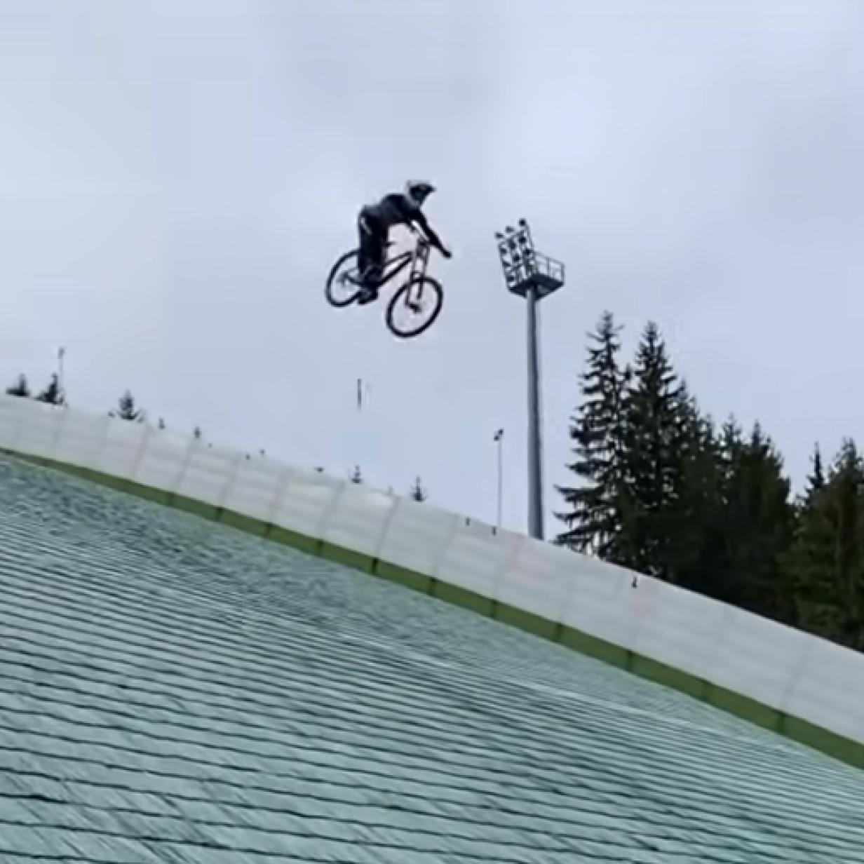 Rekordversuch: Mountainbiker springt von Skischanze und stürzt