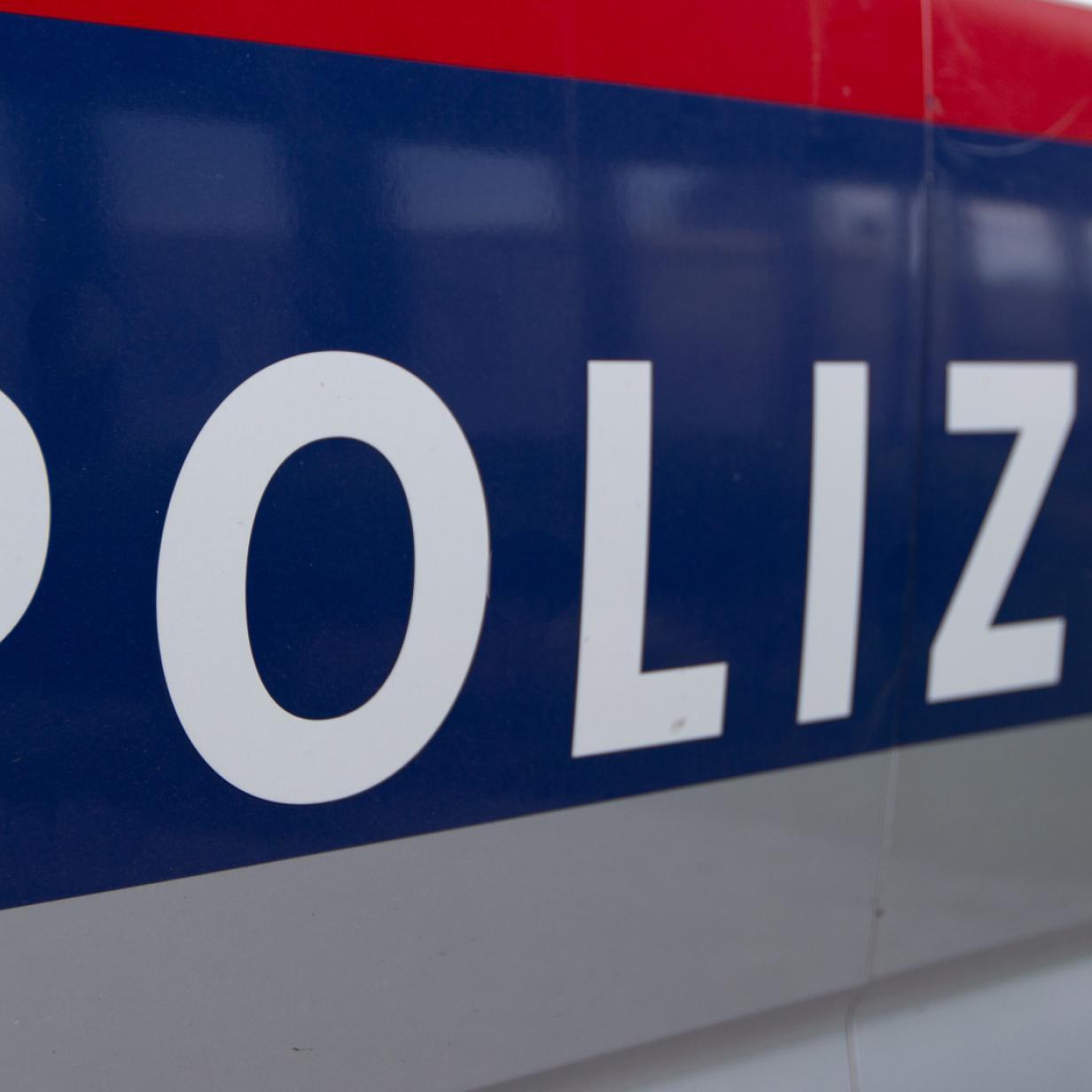 Streifenwagen rutscht auf Schneefahrbahn in Kärnten gegen Autos