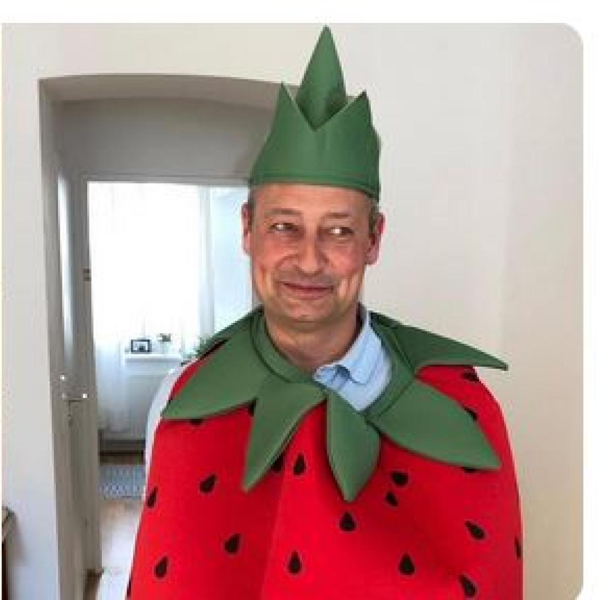 """Andreas Schieder verkleidet sich als """"candyandy"""" Erdbeere"""