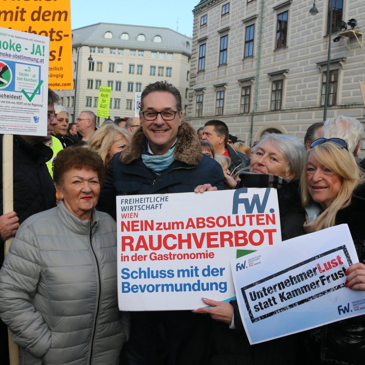"""Strache bei Raucherdemo: """"Wird bald Schnaps und Schweinsbraten verboten?"""""""