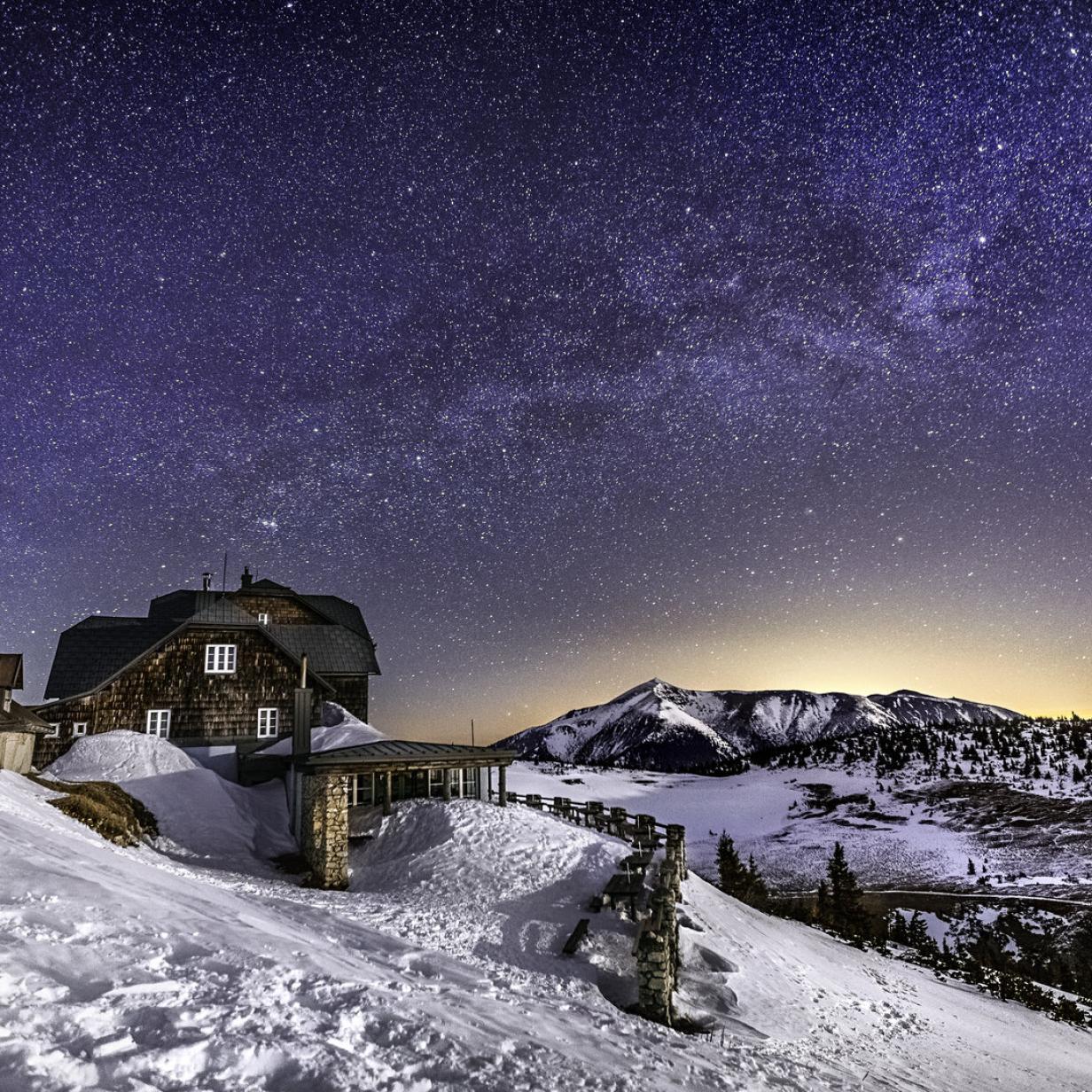 Mit der Fackel die Stille der Berge erwandern: Die besten Tipps rund ums Wochenende!