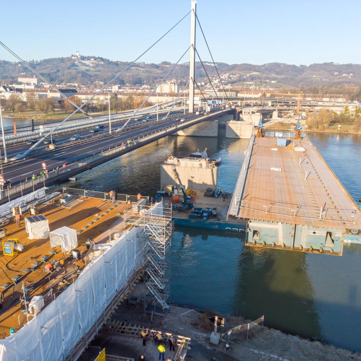 Linz: Schwimmende Brückteile auf A7-Großbaustelle