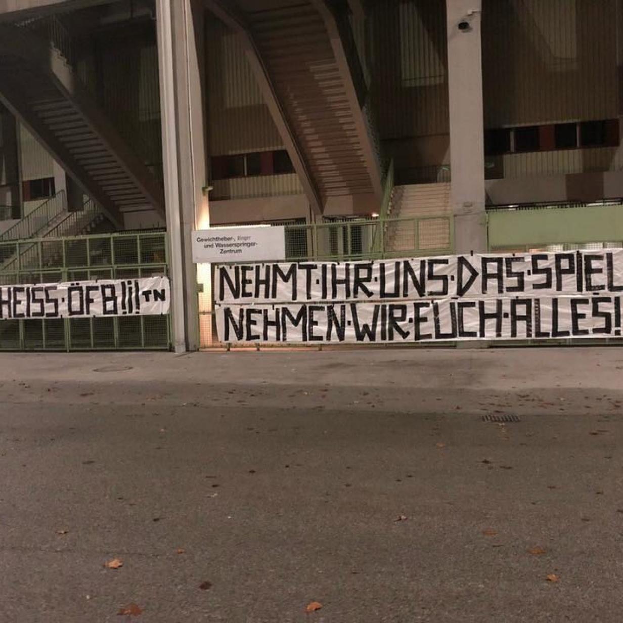 Protest-Aktion der Wacker-Fans vor dem ÖFB-Büro