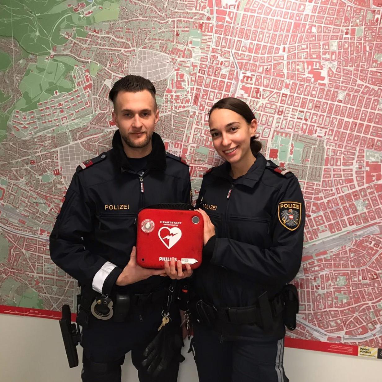 Reglos in Aufzug gefunden: Polizisten retten 47-Jähriger das Leben