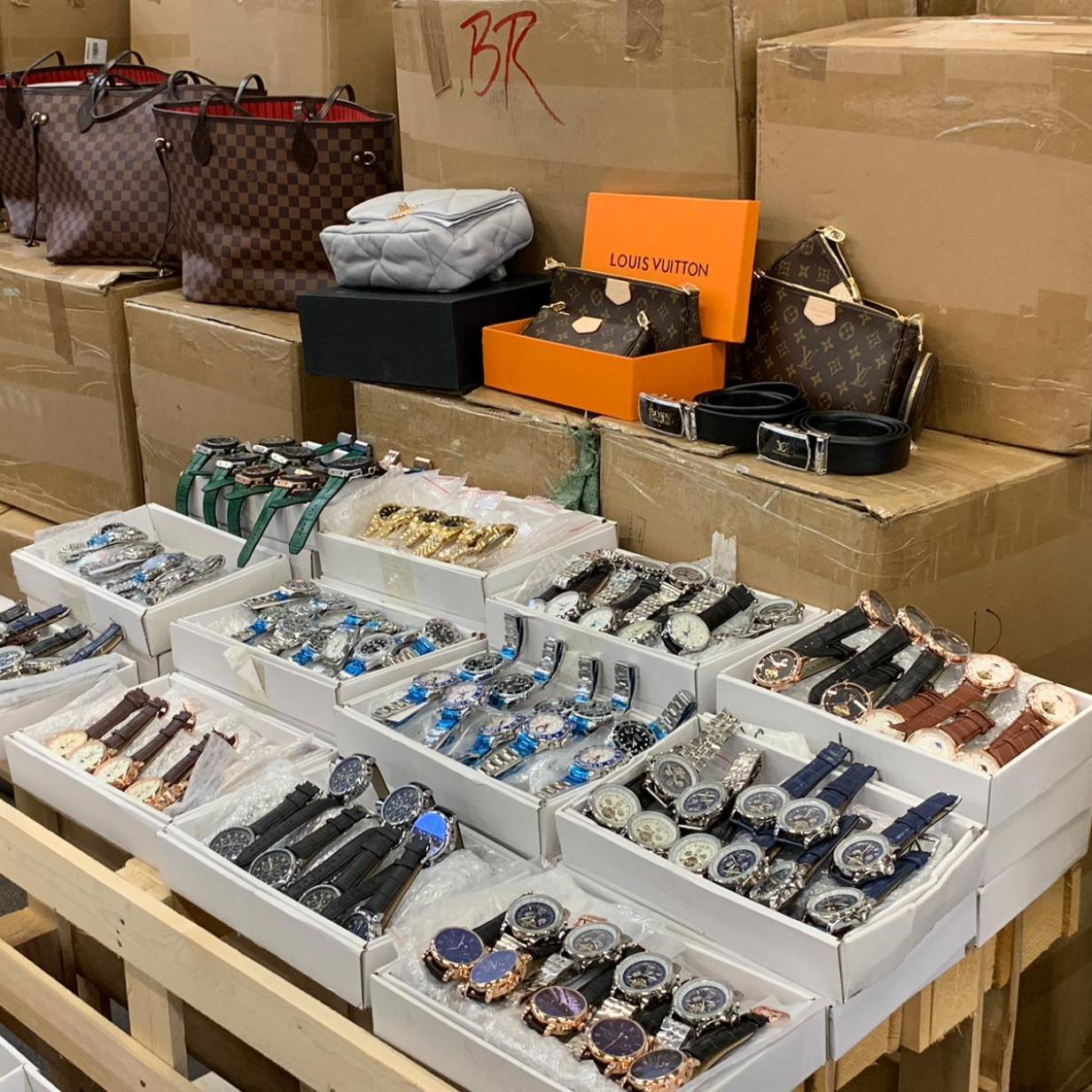 Größter Fund von gefälschten Luxus-Uhren am Flughafen Wien