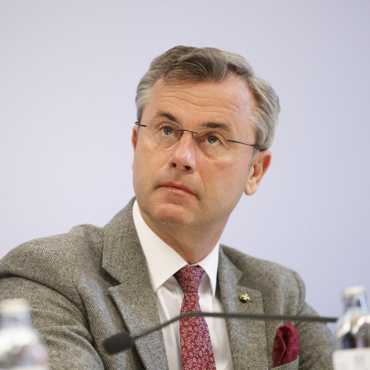 Brandschutz im Zug: Justiz prüft Vorwürfe gegen Ex-Minister Hofer