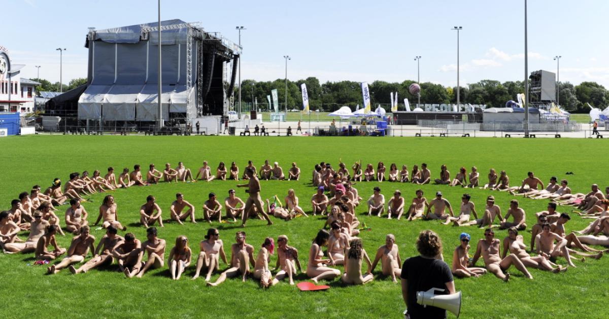 nakedHeart beim Frequency Festival: Nackte Fans stehen mit