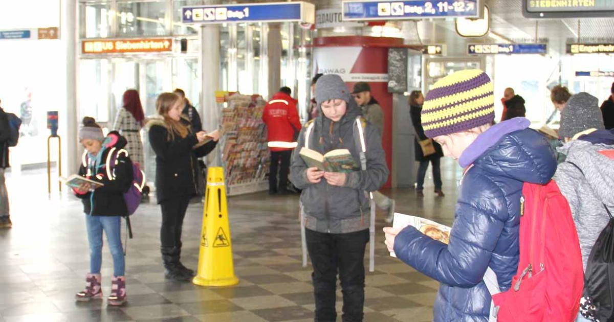 Lese-Flashmob in der Bahnhofshalle