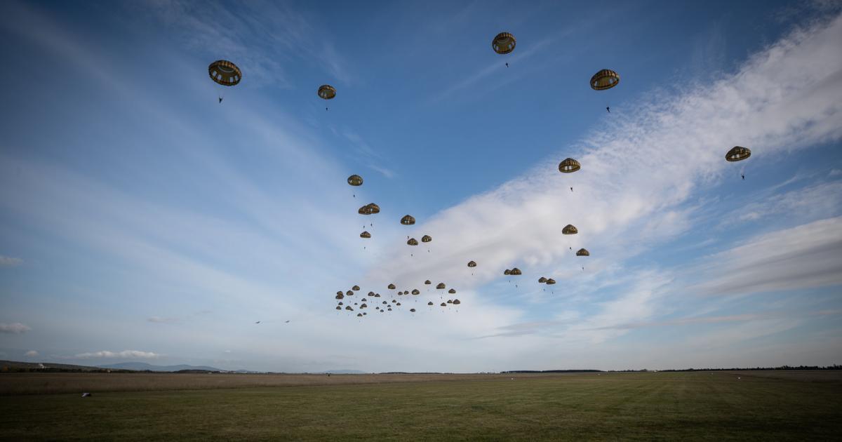 Himmelsst-rmer-des-Heeres-kommen-lautlos-aus-der-Luft