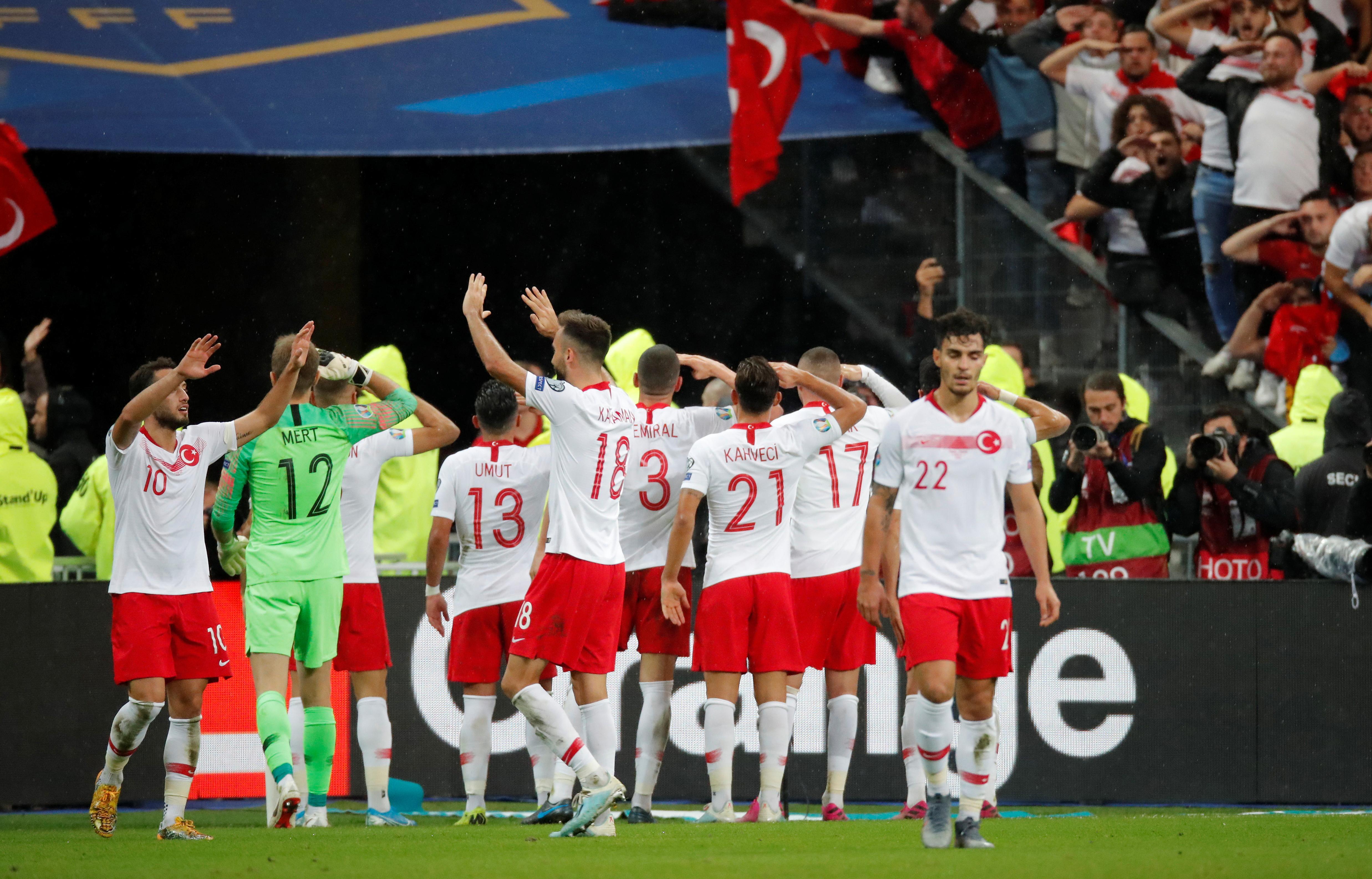 Militär-Torjubel und Rassismus: Der politische Fußball