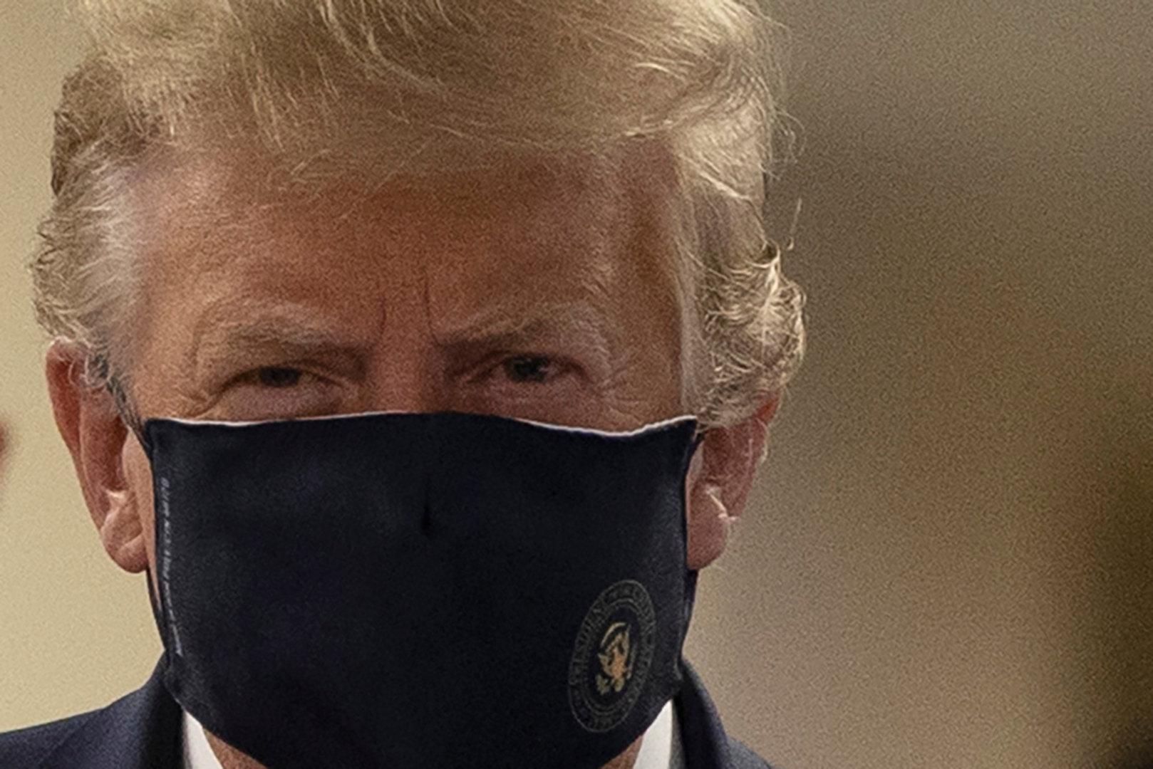 Seltener Auftritt: Trump trägt Maske