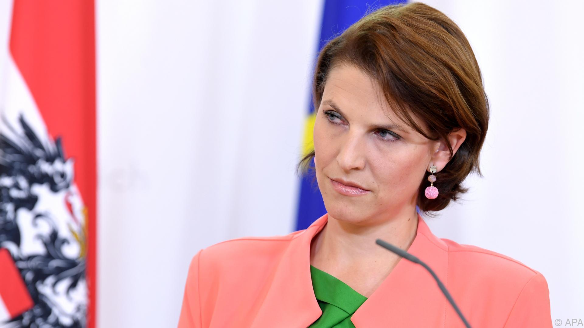 Coronavirus: Edtstadler nach Fall im Kabinett in Heimquarantäne