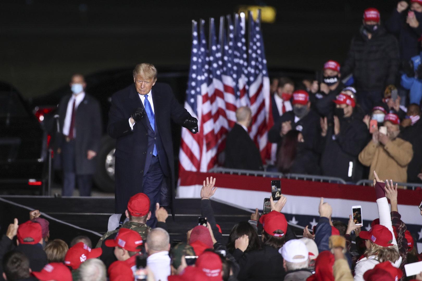 """Trump beschwert sich vor Anhängern: Immer nur """"Covid, Covid, Covid"""""""
