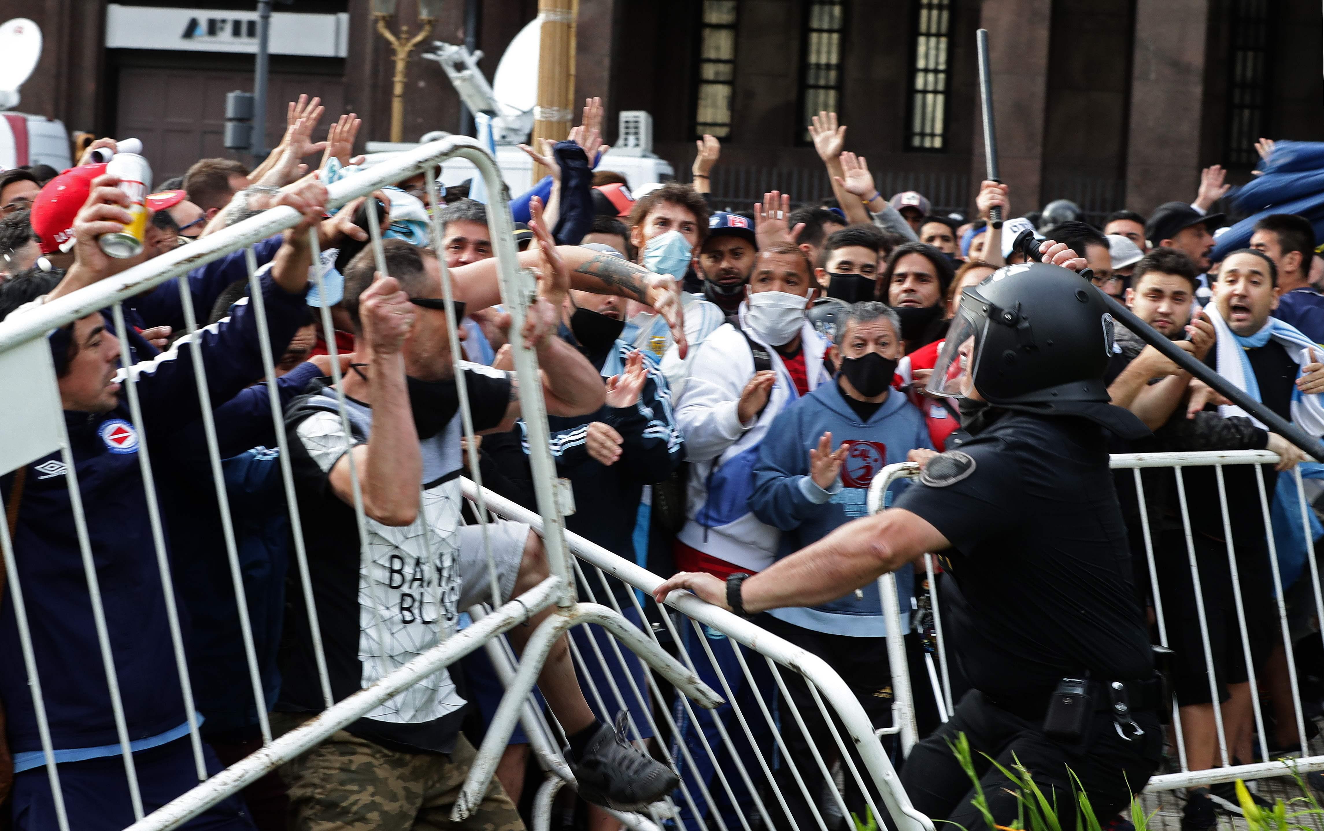Fans drangen bei Maradona-Totenwache in Regierungssitz ein