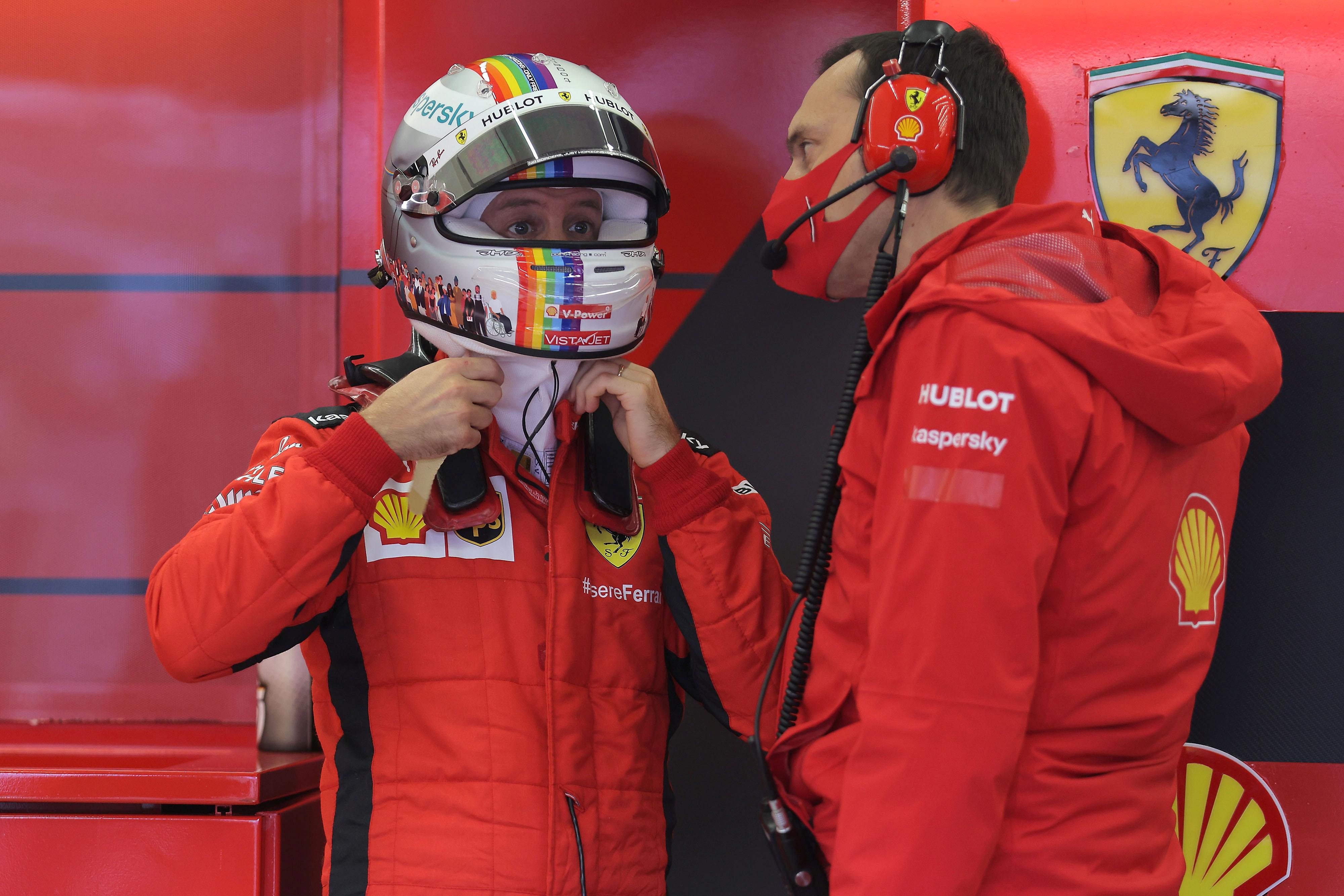 """Formel 1: Vettel versteigert seinen """"Regenbogen""""-Helm von Ferrari"""
