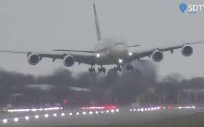 """Sturm """"Dennis"""": Spektakuläre Bilder vom Flughafen Heathrow"""